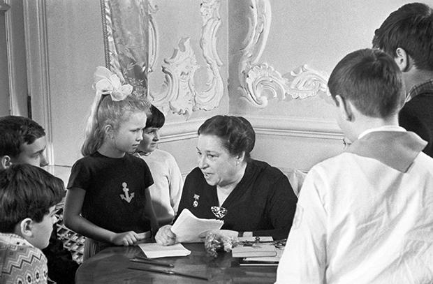 Агния Барто беседует с юными читателями во время открытия Всесоюзной Недели детской и юношеской книги в Колонном зале Дома Союзов. Фото: Валентин Кузьмин / Фотохроника ТАСС