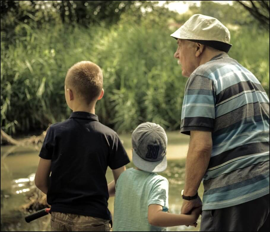 Пенсионер с внуками