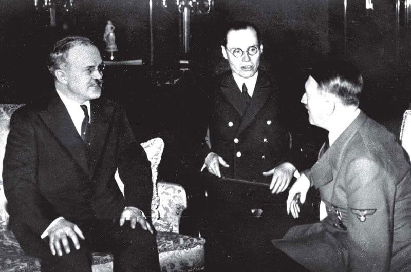 Вячеслав Молотов и Адольф Гитлер. Фото: