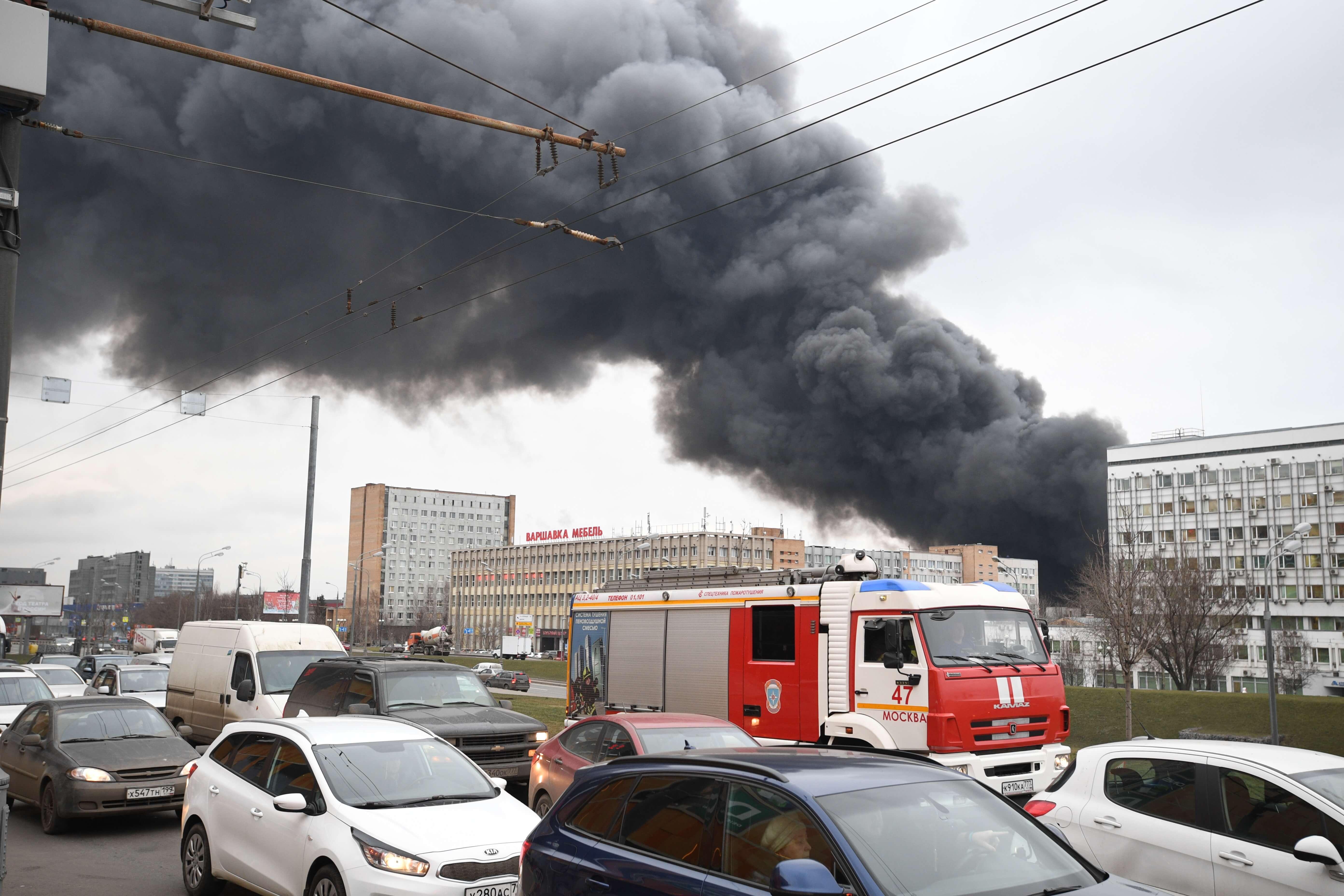 Мощный пожар вспыхнул на севере столицы внутри ангаров