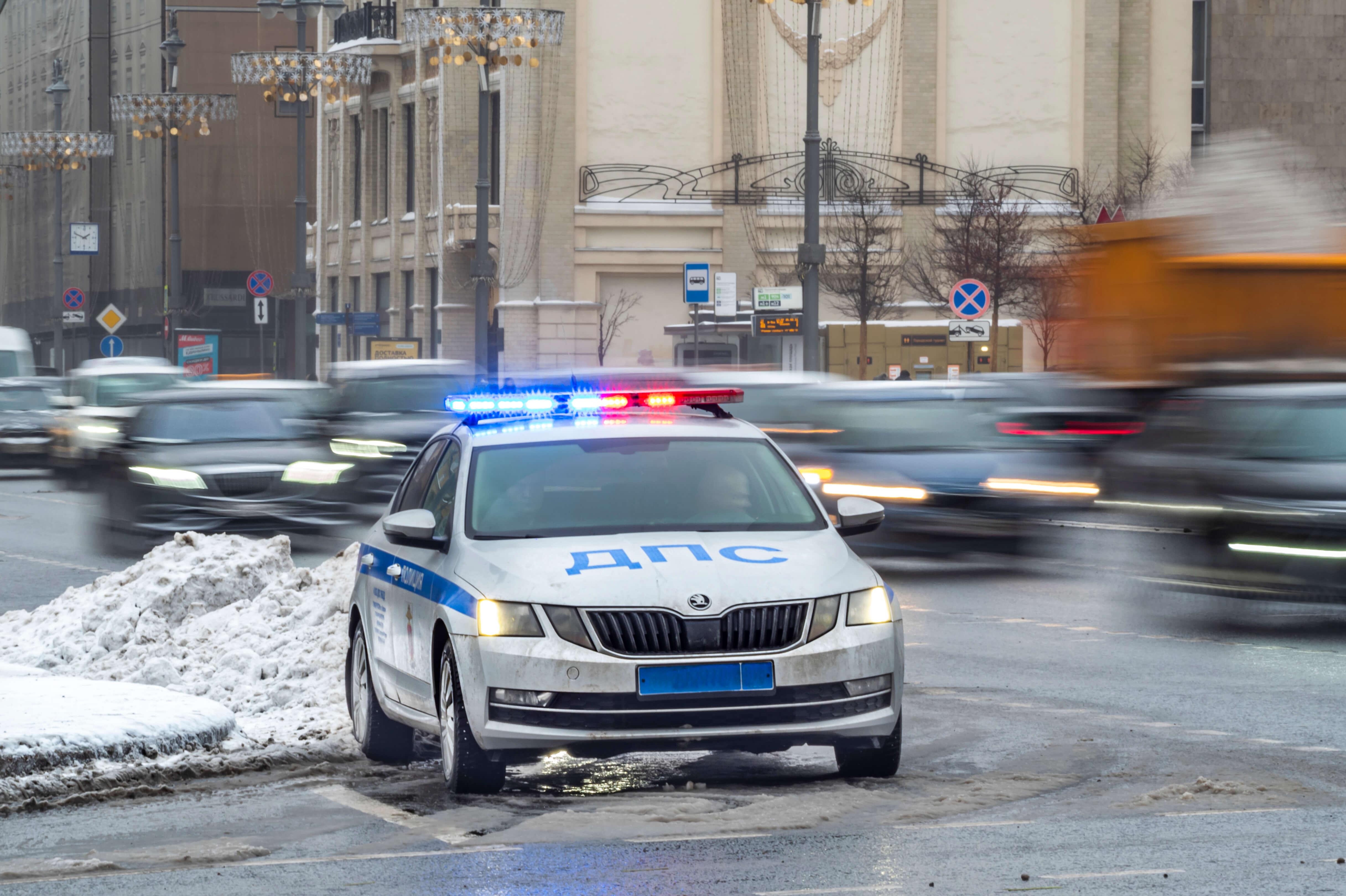 В Красноярске автомобиль протаранил остановку: «Просто взлетели все на воздух»