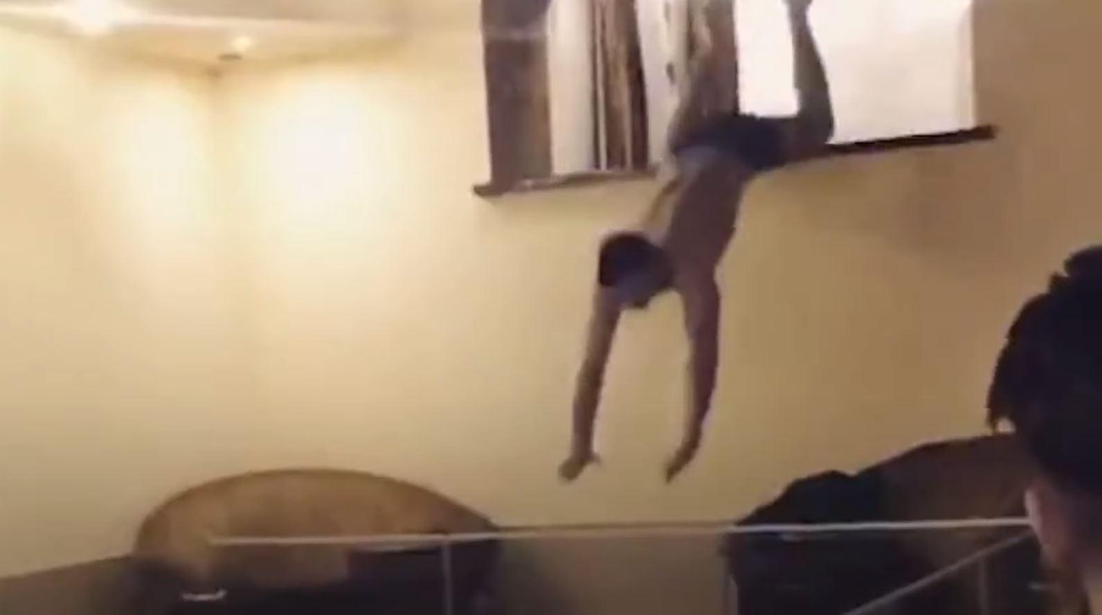 Банкир прыгает в бассейн