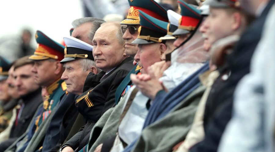Владимир Путин отвлекся от парада и помог ветерану-зрителю согреться