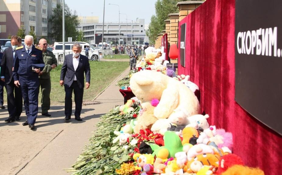 Стихийный мемориал у гимназии № 175 в Казани