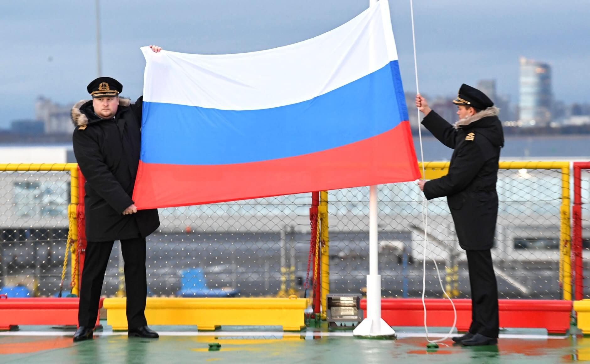 Церемония поднятия флага РФ