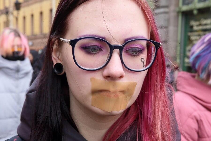 Девушка на акции против домашнего насилия