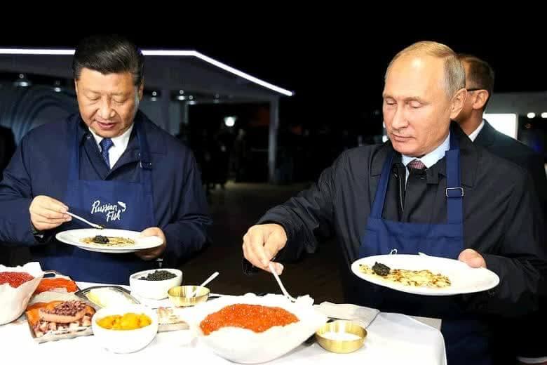 Путин ест икру