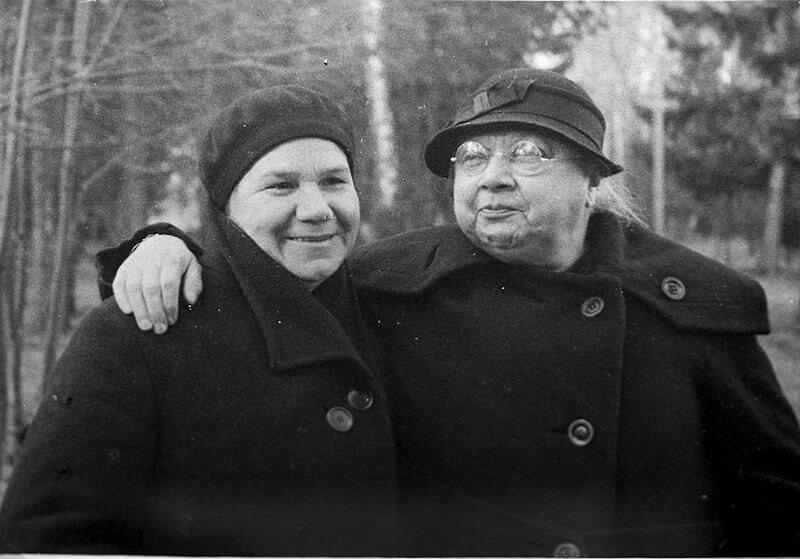 Надежда Крупская (справа)