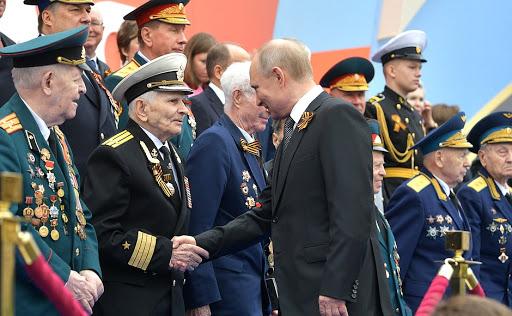 Владимир Путин с ветеранами на параде Победы