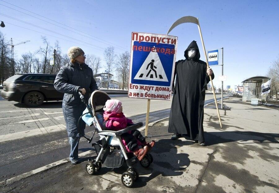 Акция «Смерть» на переходе в Санкт-Петербурге