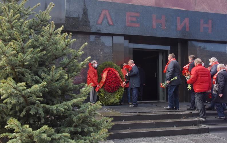 Возложение цветов к мавзолею Ленина