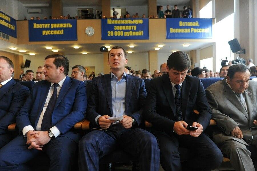Михаил Дегтярев (посередине)