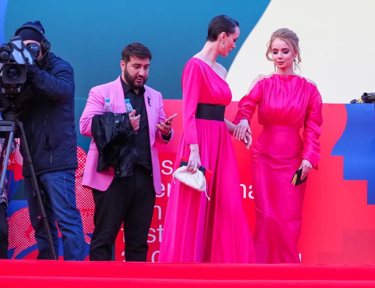 Мужчина в розовом пиджаке, актрисы Софья Ская и Алена Чехова. Фото: Елена Горбачева