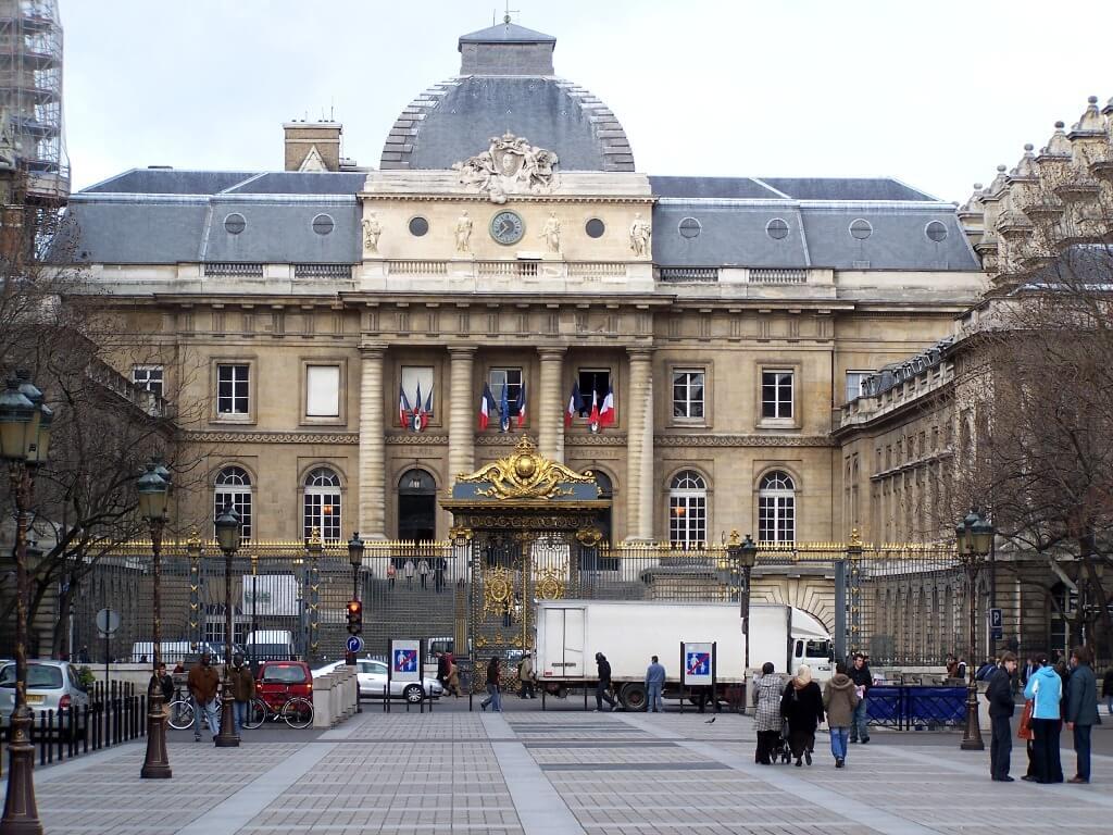 Власти Франции готовятся к третьему локдаун