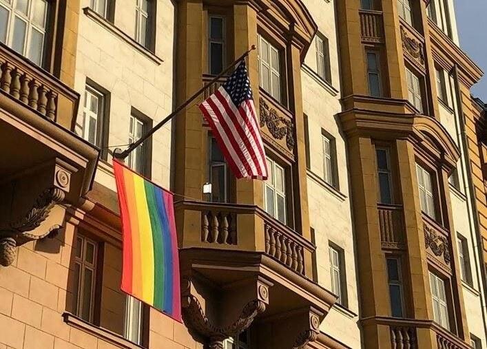 ЛГБТ-флаг на здании посольства США в Москве