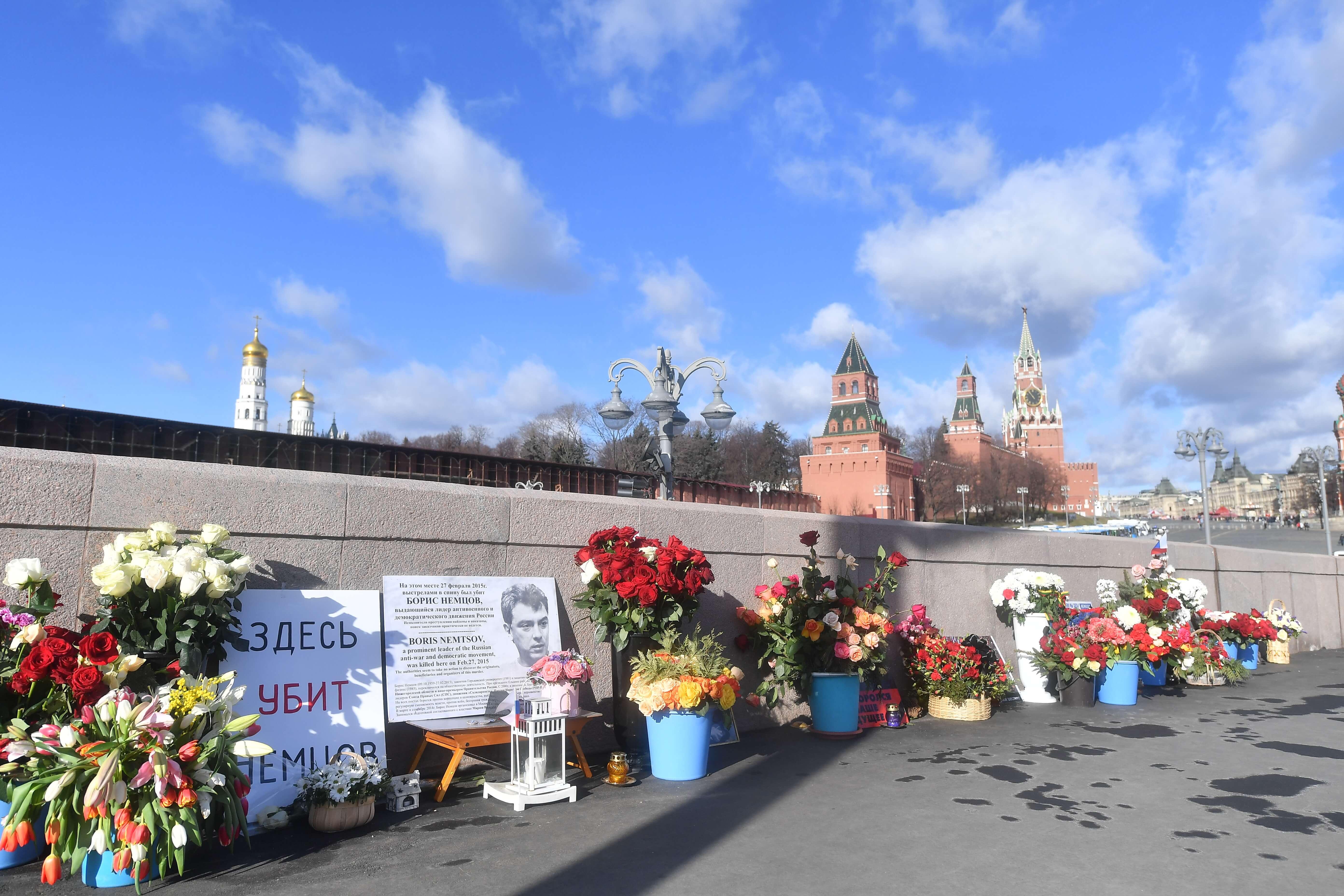 В столице иностранные дипломаты возложили цветы к месту убийства Бориса Немцова