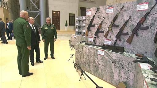 Осмотр специальной тематической выставки, посвящённой вооружению, захваченному в ходе борьбы с террористами в Сирии