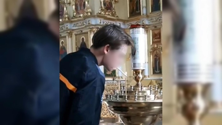 Подросток прикурил в храме