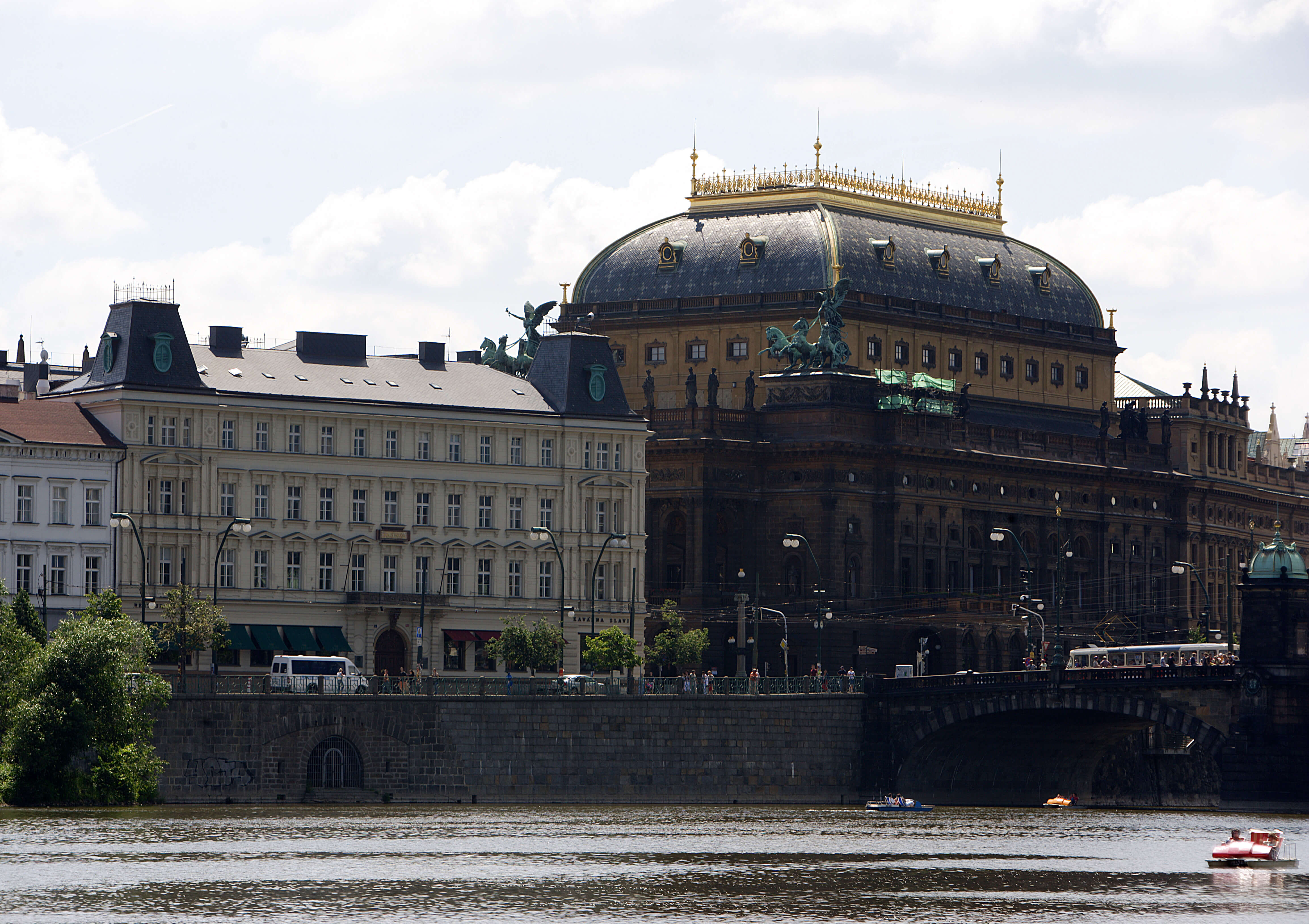Премьеру Чехии и его семье угрожали убийством из-за проводимой политики