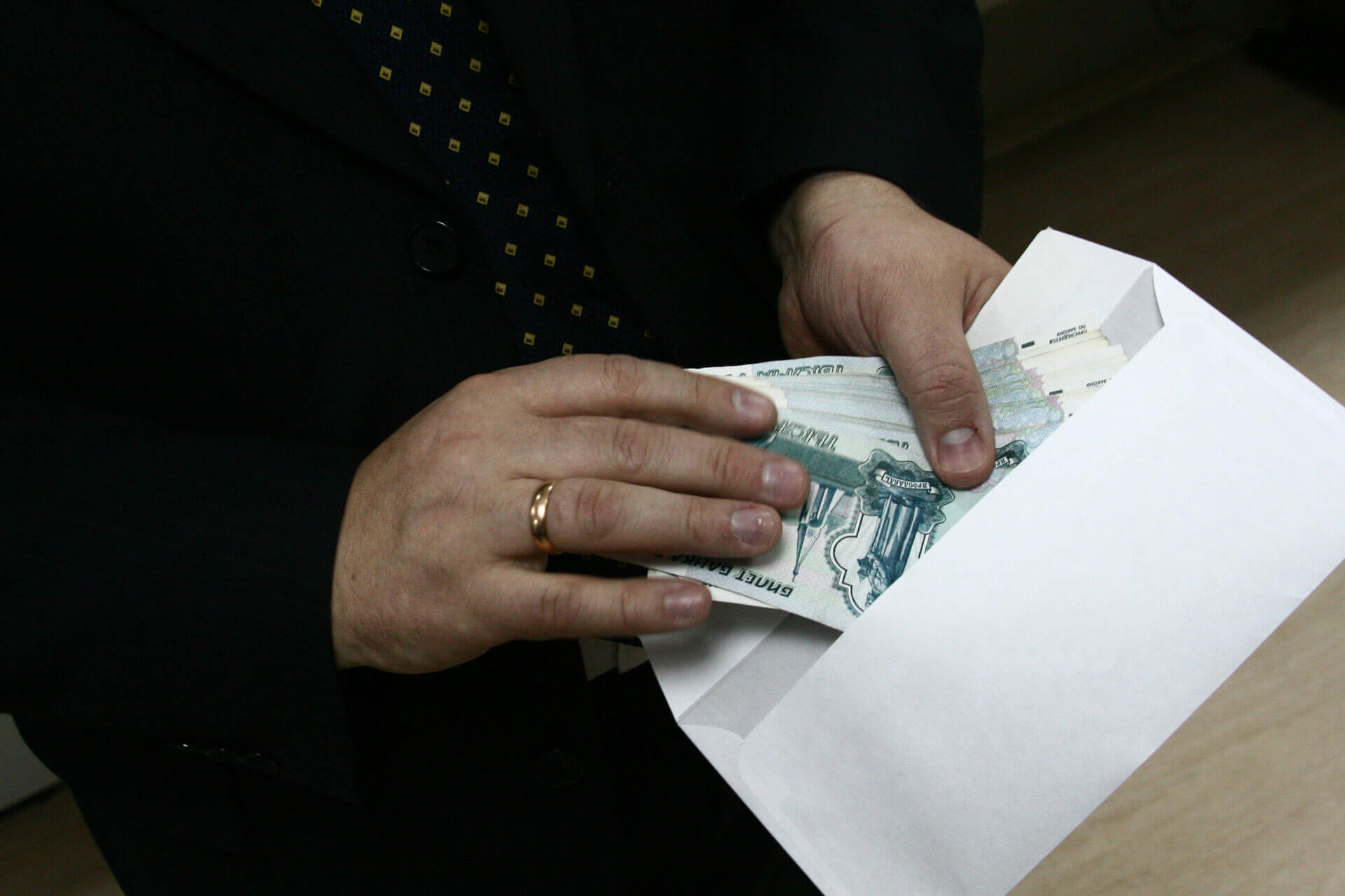 Заместителя руководителя СУ СК России по Хабаровскому краю и ЕАО Романа Исайкина подозревают в получении взятки.