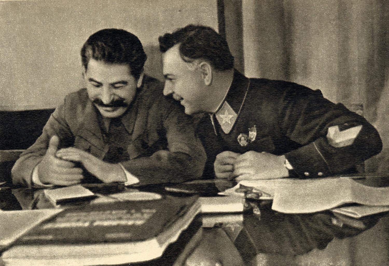 Иосиф Сталин (слева)