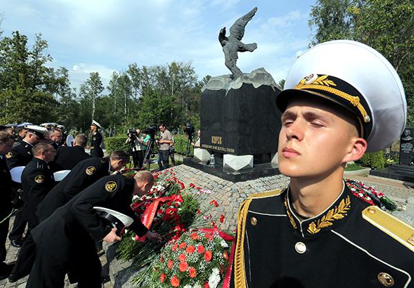 фото затонувших моряков курск посетили мемориал период